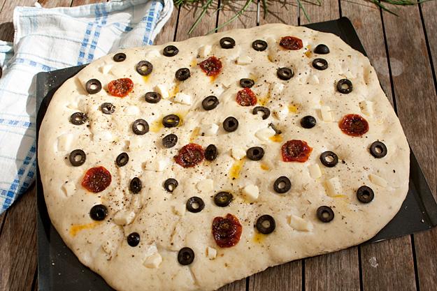 focaccia met mozzarella en rozemarijn